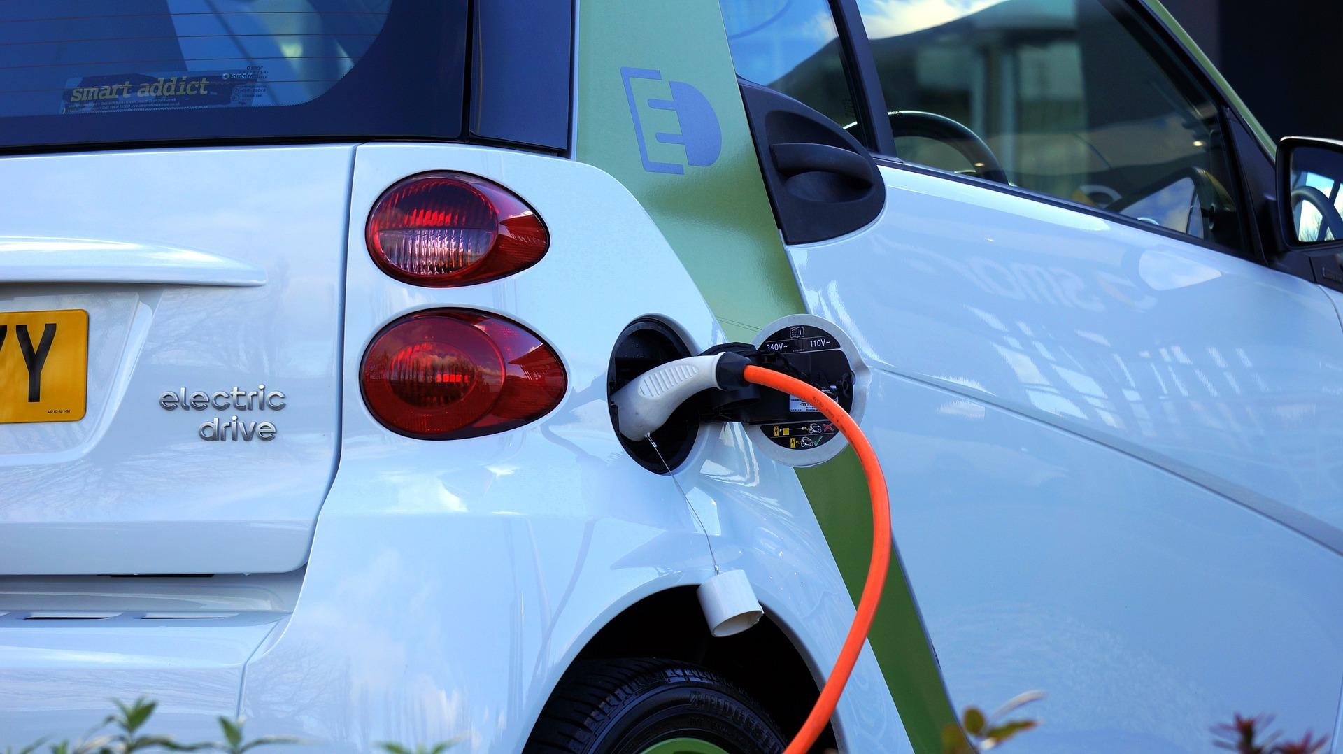 Plasencia instala sus dos primeros puntos de recarga para coches eléctricos, financiados por los fondos FEDER